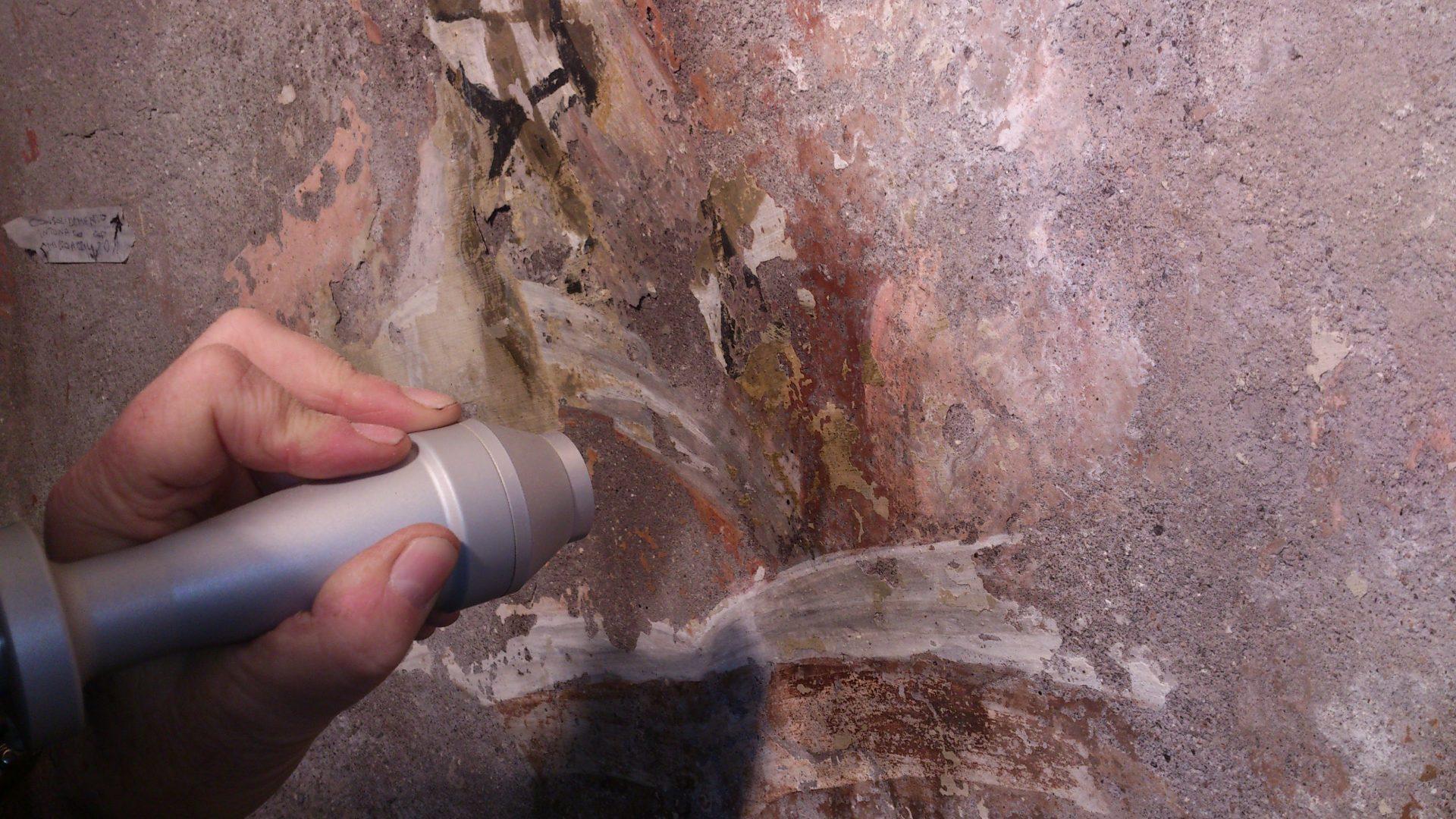 rimozione di ridipinture tramite laser nella chiesa di Ronciglione - laser removal of overpaintings in the Chuch if Ronciglione